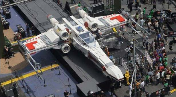 Giant-LegoStarWars-X-Wing-lands-NYsTimesSquare_5-24-2013_102269_l[1]